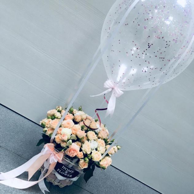 Розы в корзинке с воздушным шариком
